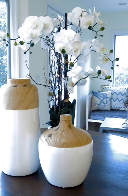 vases with white flowers